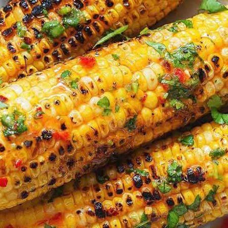 Epis de maïs grillés au beurre pimenté