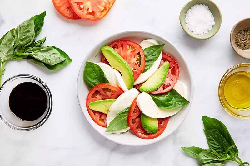 Alternez les tranches pour une salade italienne de mozzarella
