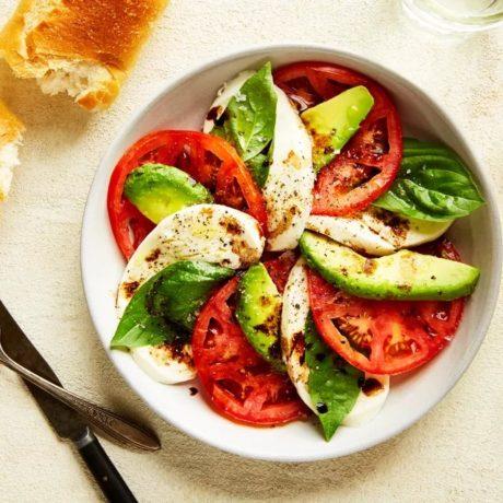 Salade caprese d'avocats, de tomates et de mozzarella