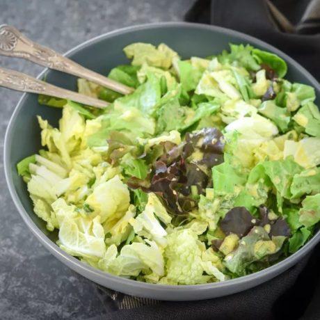 Salade verte avec vinaigrette à la moutarde et aux oignons