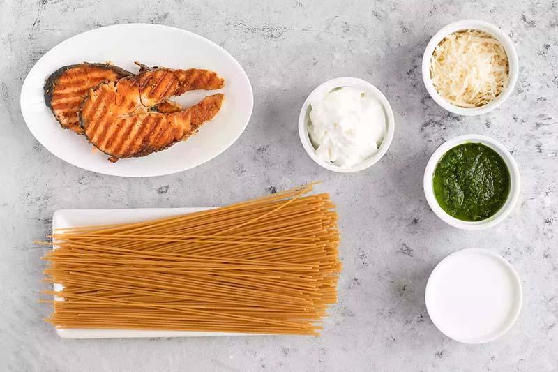 Ingrédients pour les pâtes de saumon au pesto