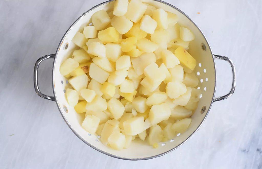 Faites cuire les pommes de terre et égouttez-les.